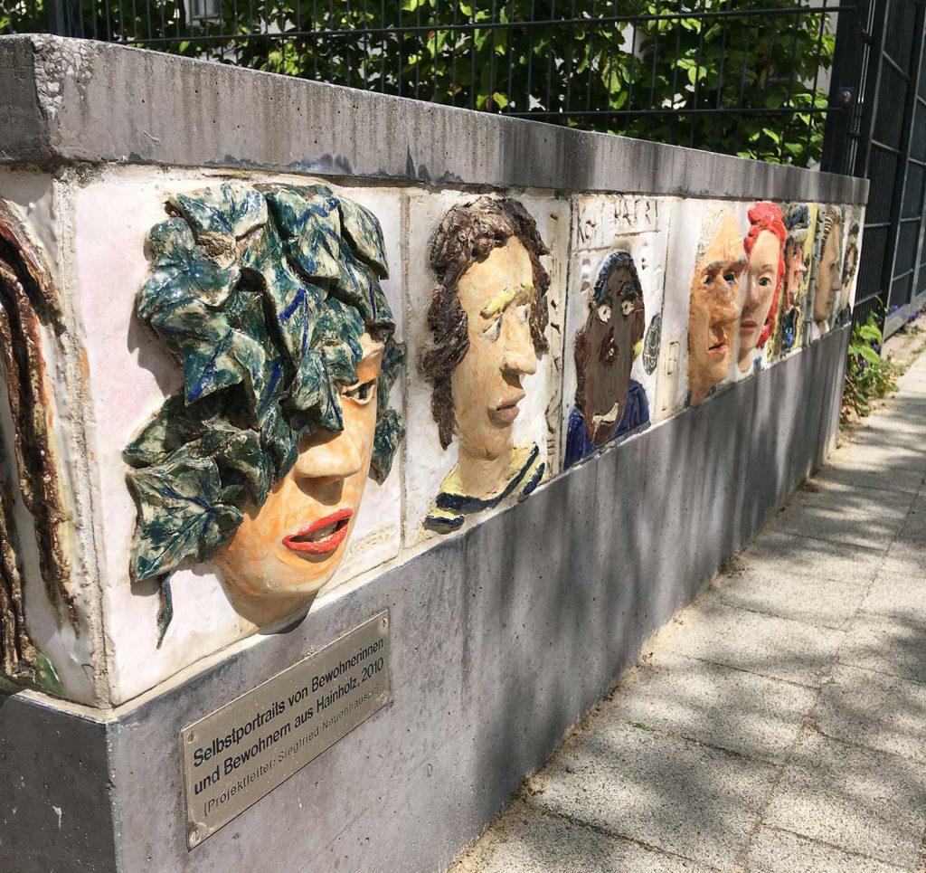 74 keramische Selbstporträts von Menschen des Stadtteils